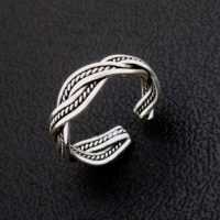 Silver toe ring with twisted wire